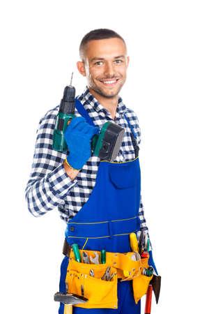 白い背景で隔離のドリルおよびツールのベルトと幸せの笑みを浮かべて建設労働者