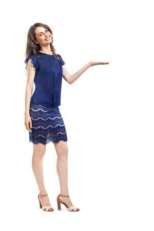 Jeune femme belle présentant avec copie espace isolé sur fond blanc. Portrait complet Banque d'images - 84405761