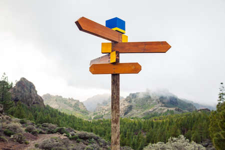 Blank directional road signs on mountains background. Choice concept. Travel destination 免版税图像