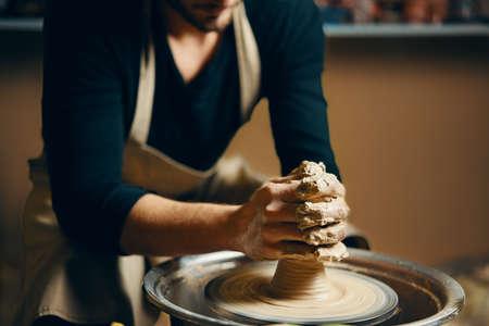 Modelage de l'argile sur un tour de potier dans l'atelier de poterie. Concept artistique Banque d'images
