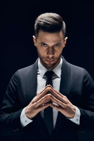 Joven hombre de negocios concentrado hacer planes siniestros