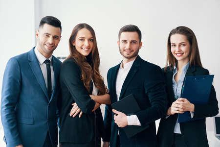 Groep jonge en lachende zakenmensen in moderne kantoren Stockfoto