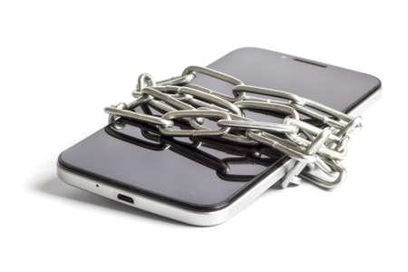 el teléfono está envuelto con cadena sobre fondo blanco046 Foto de archivo