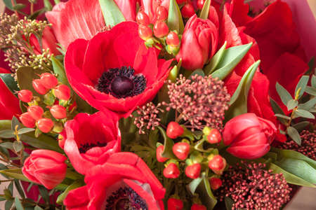 flowers in a bouquet close-up. bouquet with red anemones and eucalyptus leaves 版權商用圖片 - 140992617