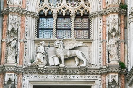 leon con alas: Decoración y Catedral de la Catedral de San Marcos y la imagen Dux de un león alado - el símbolo de Venecia Foto de archivo