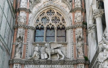 leon alado: Decoraci�n y Catedral de la Catedral de San Marcos y la imagen Dux de un le�n alado - el s�mbolo de Venecia Foto de archivo