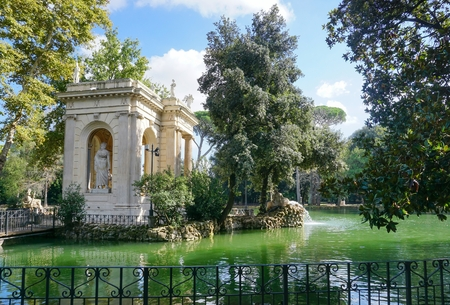 esculapio: The temple of Aesculapius on the lake at the Villa Borghese in Rome Foto de archivo