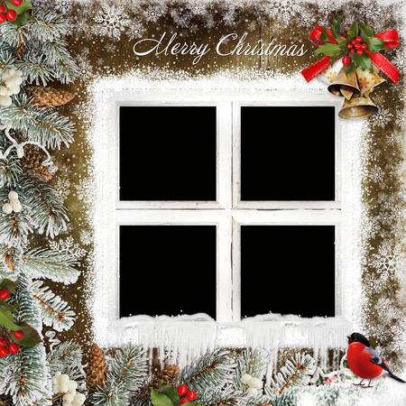 campanas de navidad: tarjeta de felicitaci�n de Navidad con el marco en forma de ventanas, las campanas de Navidad y ramas de pino Foto de archivo