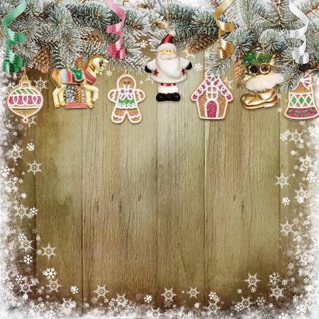 galletas de navidad: galletas de Navidad, decoraciones de Navidad, ramas de pino sobre un fondo de madera cubierto de nieve