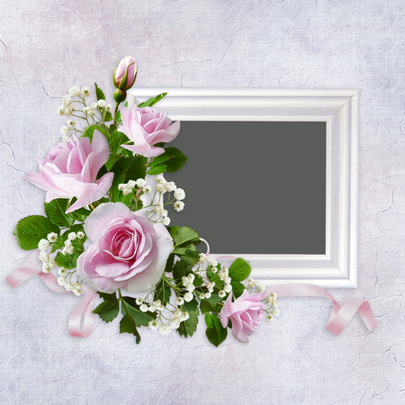 Frame and bouquet of beautiful pink roses on vintage background Imagens