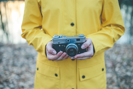 Close up of woman hands holding vintage retro camera Imagens