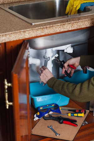 Repair hydraulic shutter kitchen sink with a plier