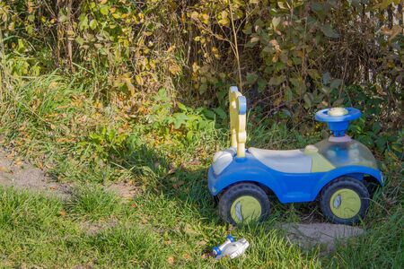 Blue toy car in a country house, in the summer on the green grass. Stok Fotoğraf