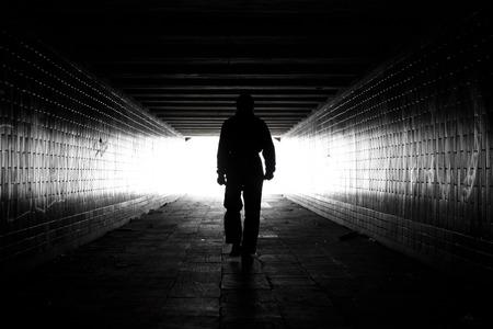 persona: Camino a la luz Foto de archivo