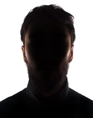 sconosciuto: Sconosciuto silhouette maschile in studio retroilluminato isolato