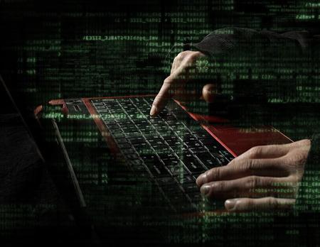 hacker handen met binaire codes op monitor Stockfoto