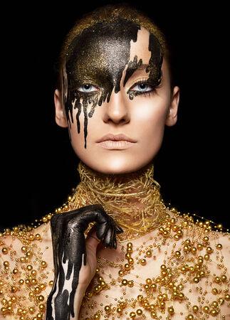 caritas pintadas: Ceremonial visage imaginación Retrato de mujer de belleza con estilo de oro con la cara pintada