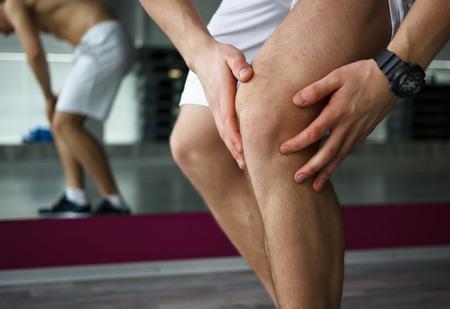de rodillas: El dolor en la rodilla o en otro concepto traumatismos del deporte