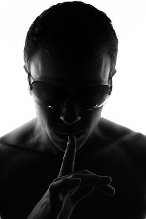 Onbekende mannelijke silhouet Terug verlicht studio geïsoleerd