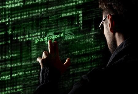 Silhouet van een hacker maakt gebruik van een commando op grafische gebruikersinterface Stockfoto