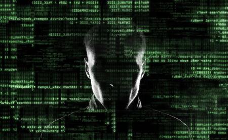 Silueta de un hacker utiliza un comando en la interfaz gráfica de usuario