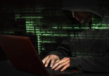 Silhouet van een hacker maakt gebruik van een opdracht in grafische gebruikersinterface Stockfoto