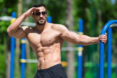 Male fitness model posing Imagens - 43791541