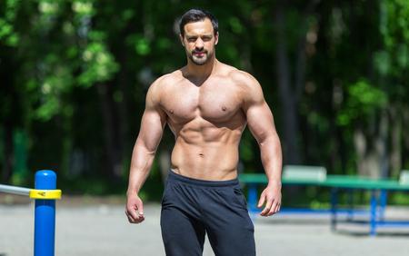 Modelo masculino de la aptitud que presenta