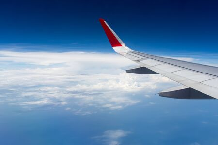 plan éloigné: aéronefs à voilure dans le ciel