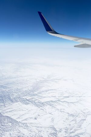 plan éloigné: Wing aircraft in the sky under earth of snowly Russia Banque d'images