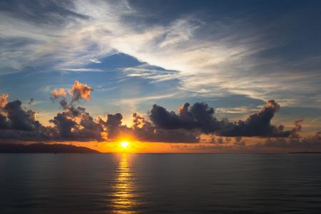 cielos abiertos: Sunset cielo con nubes  Foto de archivo