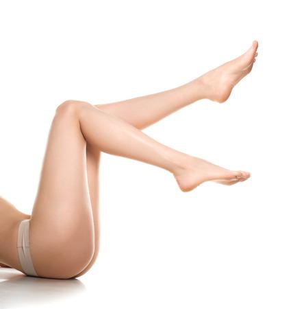 piernas de la mujer aislados en blanco. La depilación o el otro concepto healths Foto de archivo