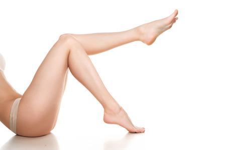 piernas mujer: piernas de la mujer aislados en blanco. La depilación o el otro concepto healths
