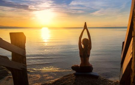 Gelassenheit und Yoga üben bei Sonnenuntergang, Meditation