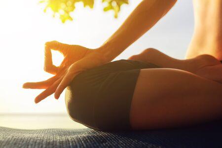 armonia: serenidad y la práctica de yoga al atardecer, la meditación