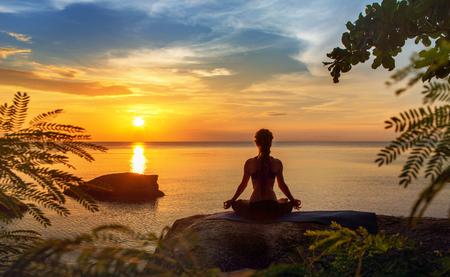 sereniteit en yoga beoefenen bij zonsondergang, meditatie
