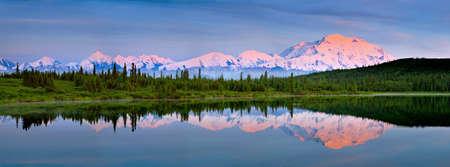 Denaki 국립 공원 알래스카에서 원더 호수에서 마운트 매킨리의 refkectin 스톡 콘텐츠