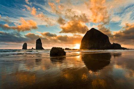Haystack Rock al atardecer Cannon Beach Oregon
