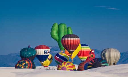Bunte Heißluftballons flugbereit von weißen Sanddünen im White Sands National Monument, New Mexico, USA