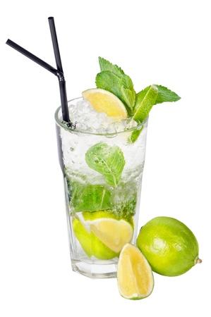 lima limon: Mojito c�ctel sobre un fondo blanco Foto de archivo