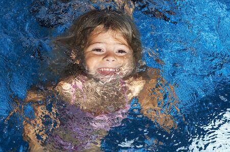 girl underwater: jong meisje onderwater in zwembad