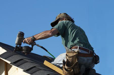 tejas: un techador en poner un techo en tejas