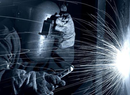 soldadura: un soldador que trabaja en los astilleros de la noche