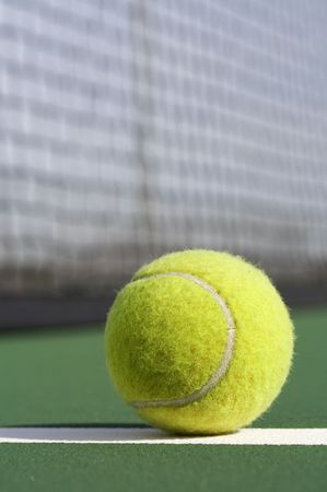 Une photo d'une balle de tennis sur le court
