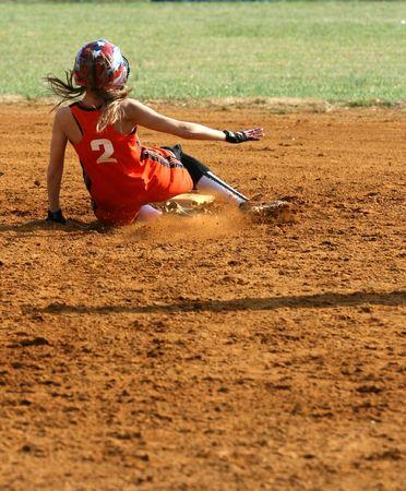 rutsche: ein Fastpitch Softball-Player ein Abgleiten in die zweite Basis