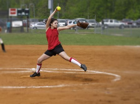 Fastpitch un joueur de softball pitching le moulin � vent Banque d'images