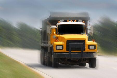 camion volquete: volcado de conducci�n de camiones en la carretera de Foto de archivo