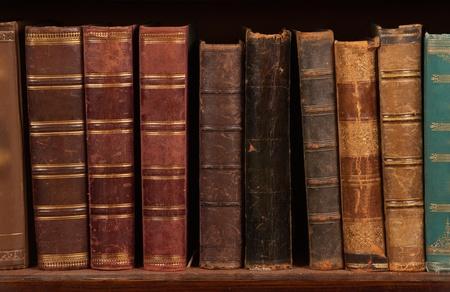 Antieke boeken over boekenplank Stockfoto