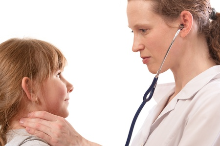 pediatra: Hombre médico examinando niño, aislado