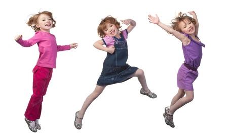 enfants qui jouent: Saut fille heureuse et souriante, sur fond blanc